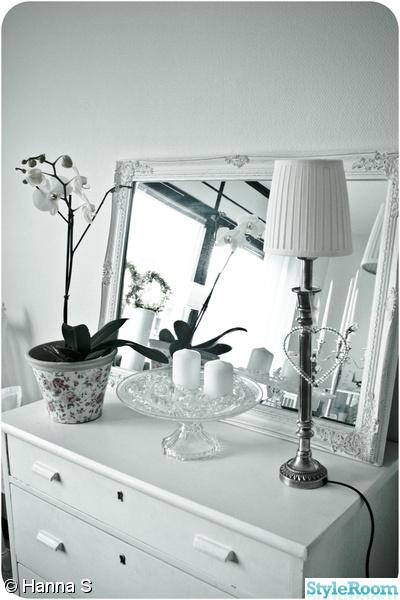 spegel,bordslampa,byrå
