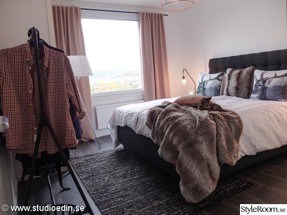 pläd,sovrum,klädhängare,överkast,bordslampa