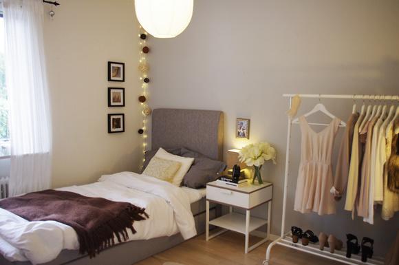säng,sänggavel,sängbord,sänglampa,ljusslinga