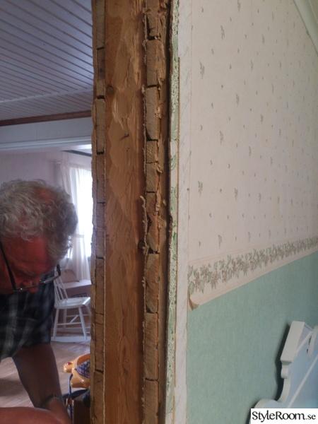 Bild på bärande vägg budget fix i köket, lantligt& modernt tapet med glasskiva istället för