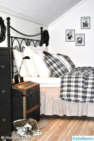 rutiga sängkläder,sänggavel i järn ikea,amerika koffert,sovrum,svartvitt