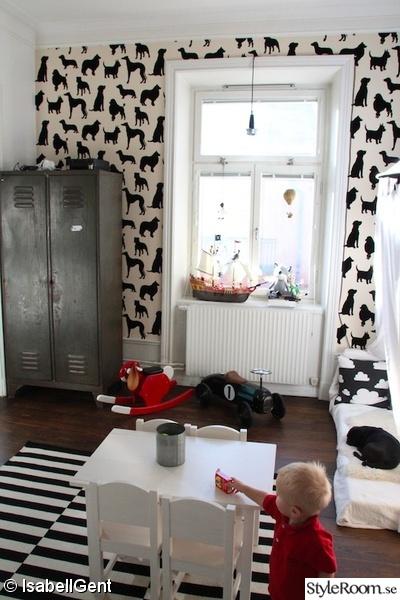 plåtskåp,gunghäst,hundtapeter,svart och vitt barnrum