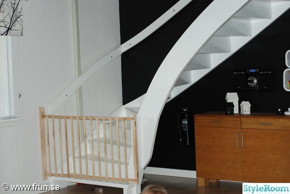 vitmålad trappa,målad trappa,trappa,svart vägg,vit och svart