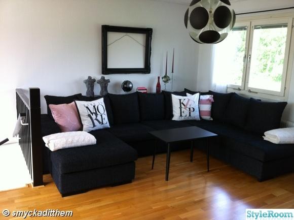 vardagsrum,taklampa,divan soffa,retro bord,prynadskuddar