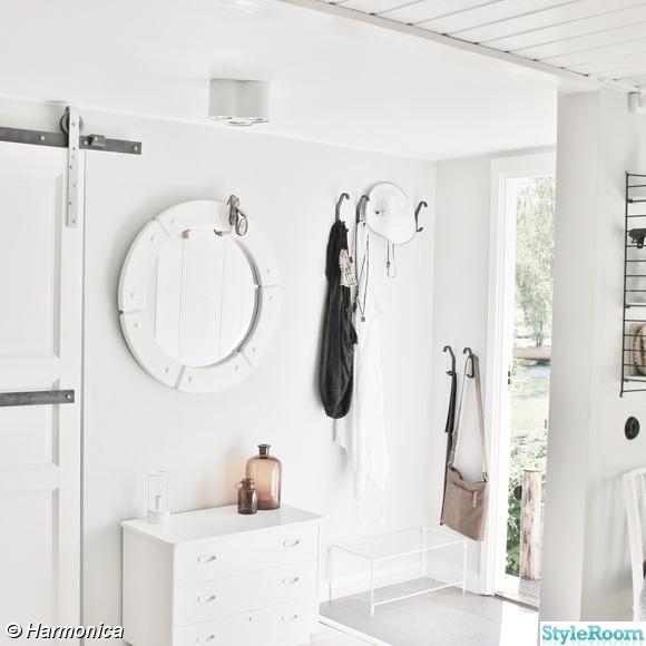 spegel,byrå,sommarmarhus,hall,vit