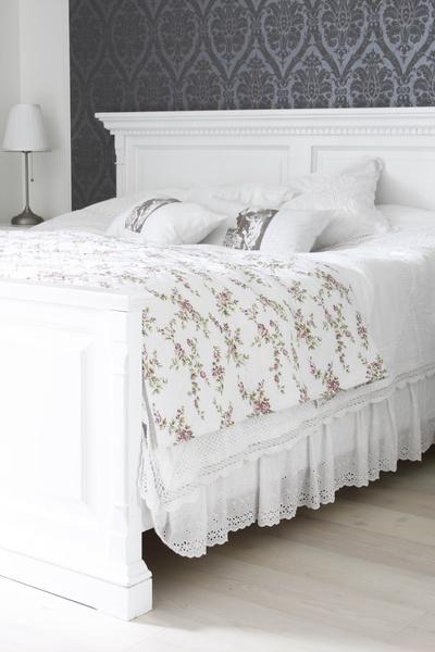 vit sängram,säng,sovrum,romantiskt,lantligt