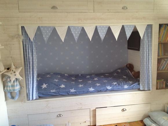 vimplar,stjärnor,barnrum,pojkrum,säng