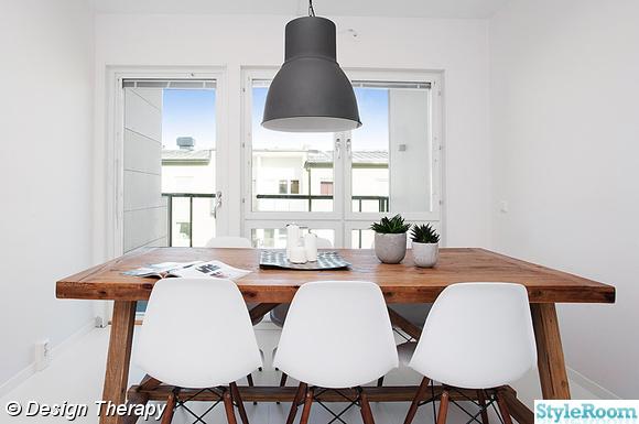 Ikea Kleiderschrank Ohne Türen ~ Rustikt matbord från Inside Möbler med vita stolar från Eames