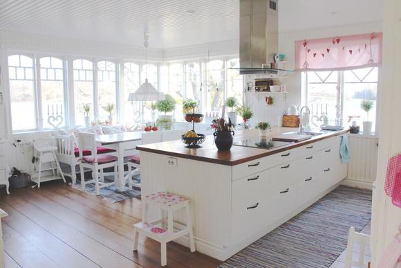 vackra köksluckor : Lantligt kök med vackra spröjsade fönster Hem ...
