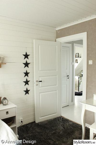 sovrum i vitt och grått,spegeldörr,liggande plankor,vitt sovrum