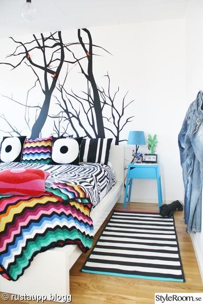sovrum,sängbord,trädtapet,färgglatt,tapet