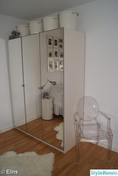 Garderob från ikea med stol från Philippe Stark