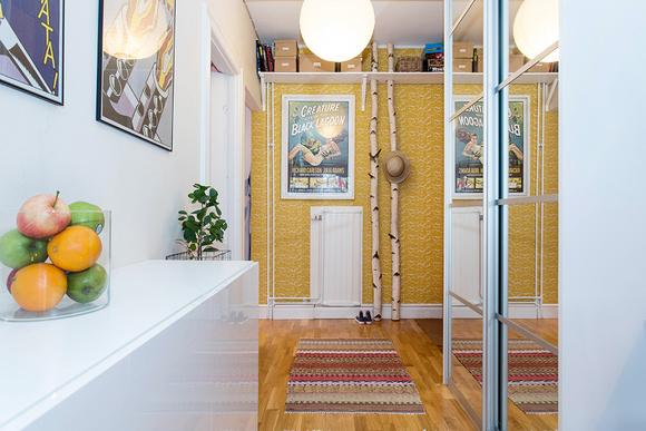 gul tapet,gult,hall,fotovägg,matta