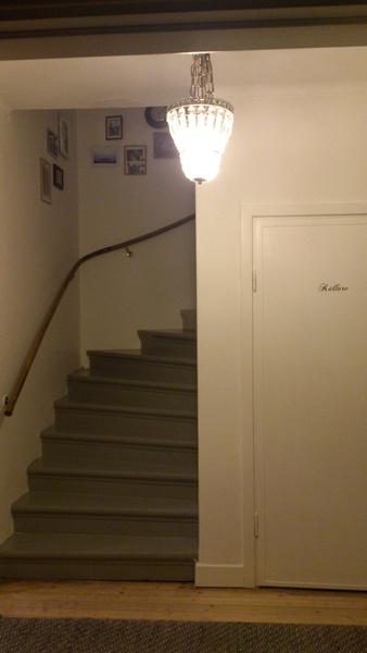 texta,källare,dörr,trappa,ledstång