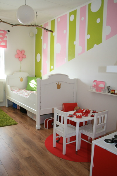 barnrum,barnkök,rosa,grönt,prickigt