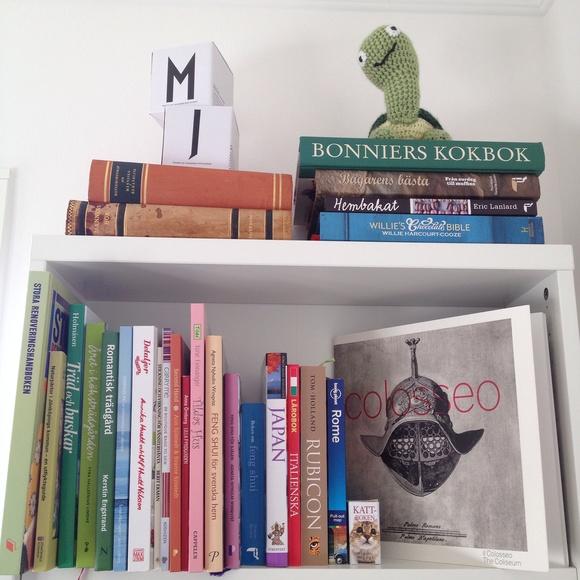 Bild på bokhylla Vårt nybyggda hus av jossefine