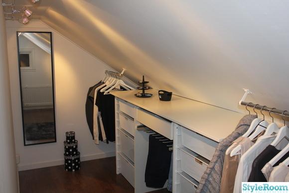 Garderob under snedtak med skjutdörrar och spegel | Övervåning ...