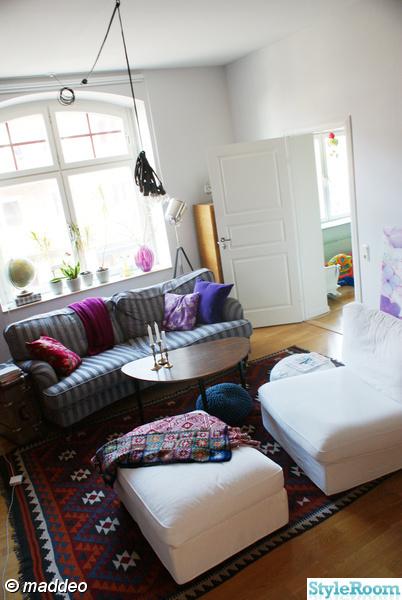 vardagsrum,soffa,fåtölj,fönster,kelim