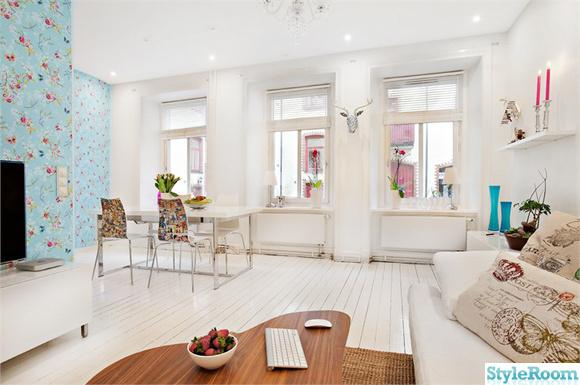 vardagsrum,vitt,soffa,kuddar,soffbord