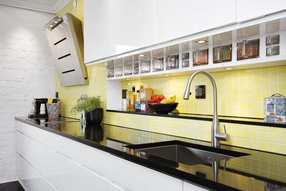 Kök med granitskiva och gult kakel