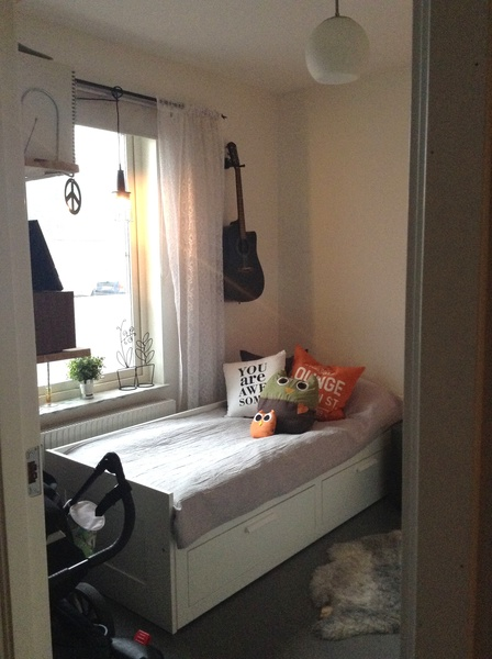 gästrum,dagbädd,kuddar,gitarr
