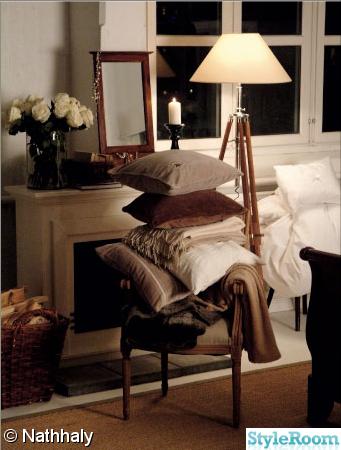 lampa,kuddar,öppenspis,fönster,ved