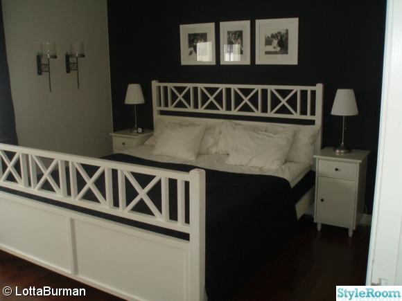sovrum,svart fondvägg,svart/vitt,hemnes sängbord