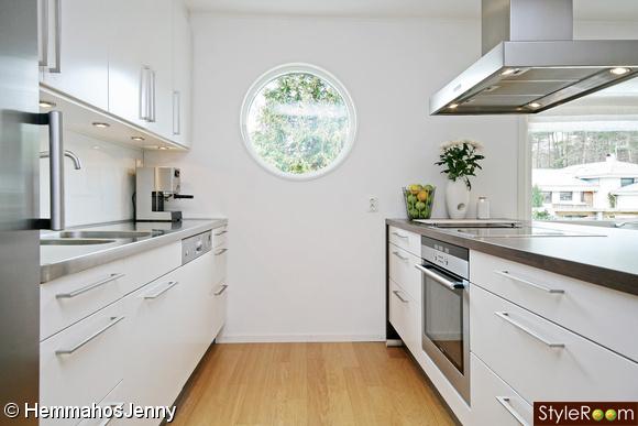 Kök med vita släta köksluckor