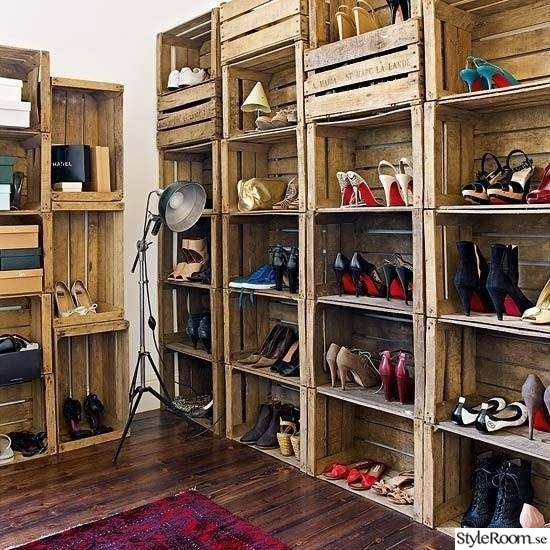skohylla,skoförvaring,skor,trä,lampa