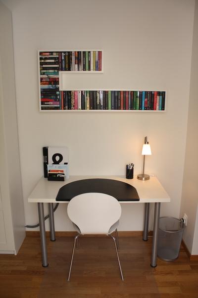 Arbetshörna med skrivbord och underlägg från IKEA och lampa från Mio