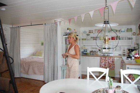 liten lantlig sommarstuga med sovalkov och kök i samma rum