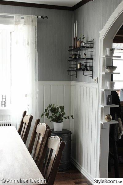 stringhylla,bröstpanel,grå tapet,matbord