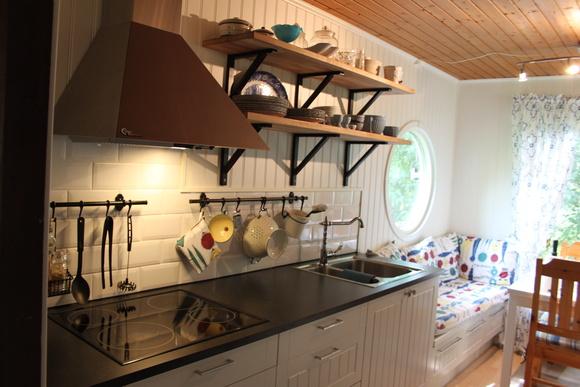kök,lantligt kök,vitt kakel,Pärlspontklädd vägg,biselado
