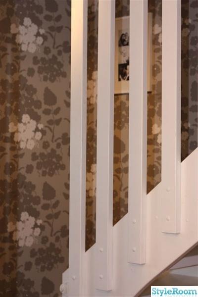 vitmålad trappa,tapet från decor maison