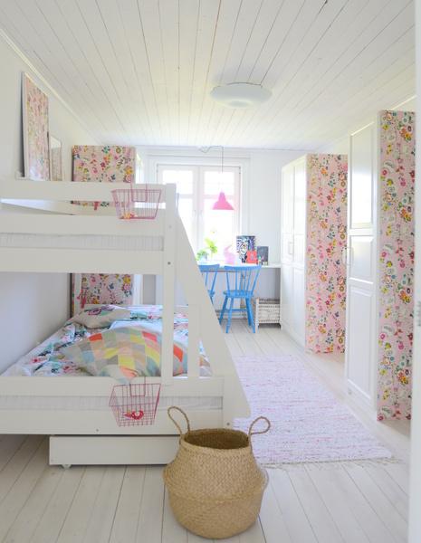 barnrum,sovrum,vitt trägolv,våningssäng