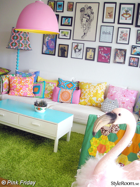 vardagsrum,tavelvägg,soffa,kuddar,fotovägg