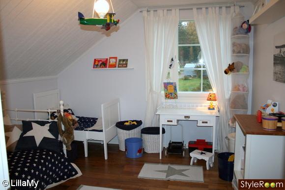 utdragbar barnsäng,stjärnor barnrum,skrivbord,pall,leksakskorg