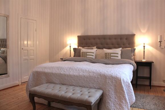 sovrum,säng,sänggavel,sittbänk,sänglampor