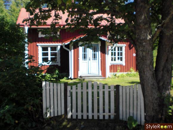 vitt,staket,blåa,dörrar,husfasad