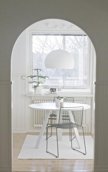 vitt kök,litet matbord,hay,ikea kvarnsten,kartell fly