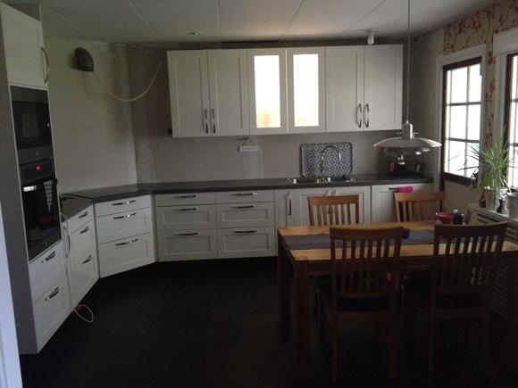 vitrinskåp,sentense,vitt kök,svart gol,svart golv