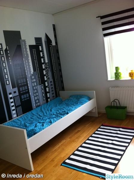 ikea säng bräkke,randig,randig matta,myrlilja,legoförvaring