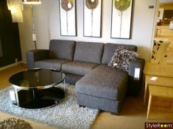 mörkgrå soffa