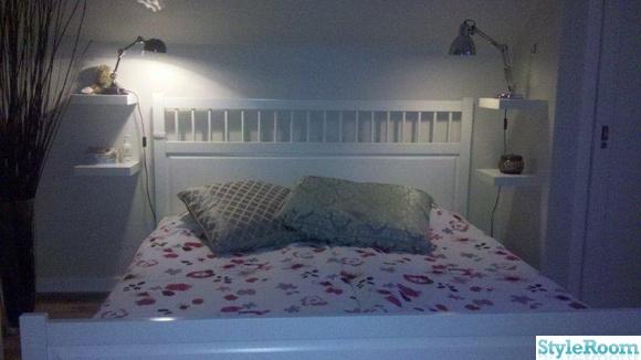 nattduksbord,skrivbordslampa,säng,kuddar