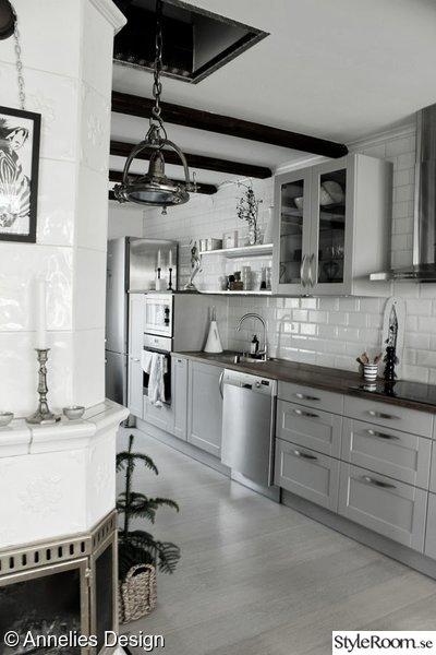 vitt kakel i kök,grå köksluckor,hth kök,vitrinskåp,öppna hyllor