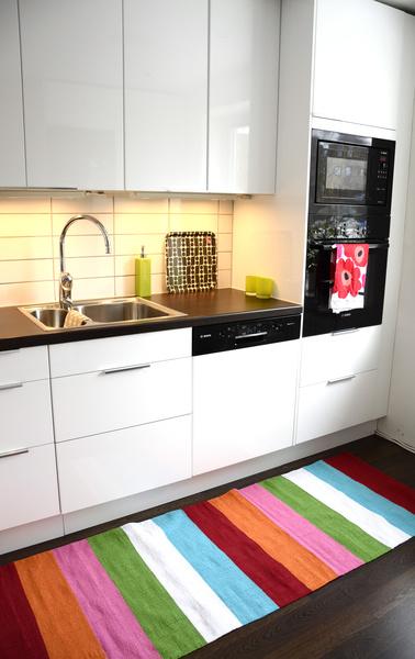 matta randig,svarta vitvaror,vitt kakel,vitt kök,marimekko