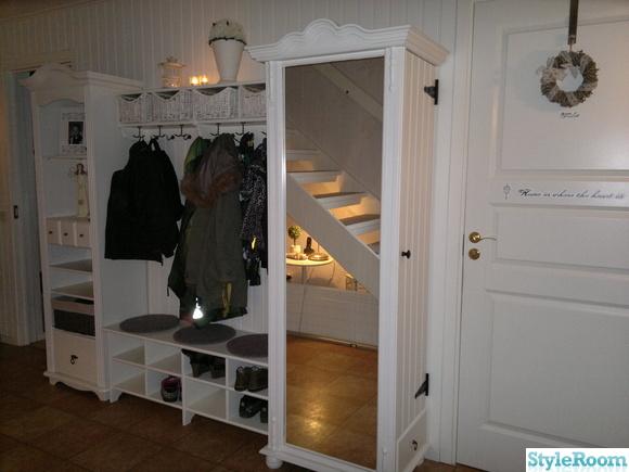 panelvägg,hallmöbler,spegel,klädhängare,förvaring