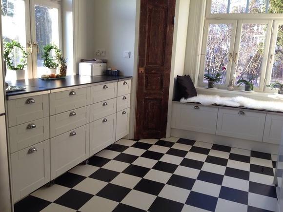 rutigt golv,skafferi,skafferidörr,kök