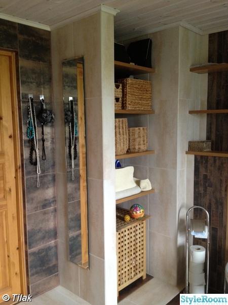 badrumshylla,spegel,krokar,korgar,pappershållare