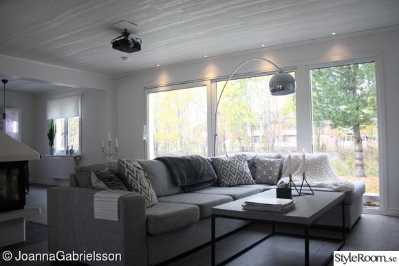 vardagsrum,gråsoffa,betong,panoramafönster,storafönster